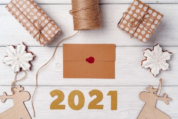 Presentes de natal embrulhados em uma placa de madeira branca, vista superior, espaço de cópia