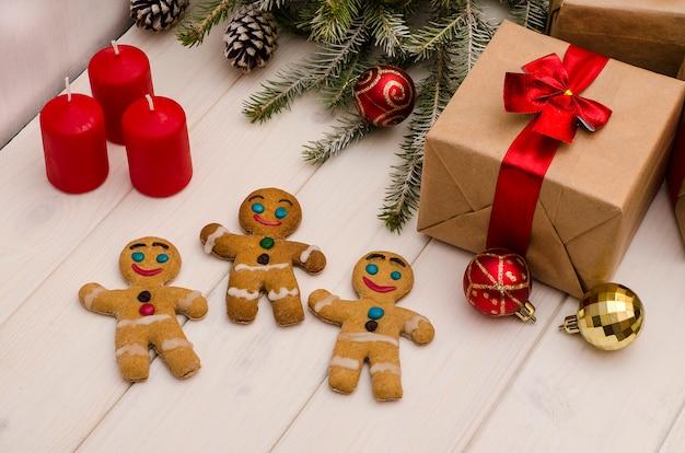 Presentes de natal, enfeites de árvore de natal e galhos, cones e homenzinhos de gengibre