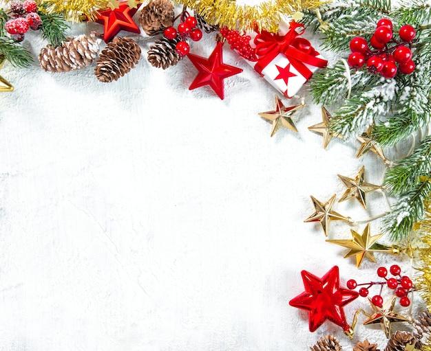 Presentes de natal, enfeites, decoração e galhos de pinheiros verdes em fundo branco