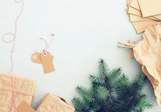 Presentes de natal, etiquetas de papel e árvore de natal