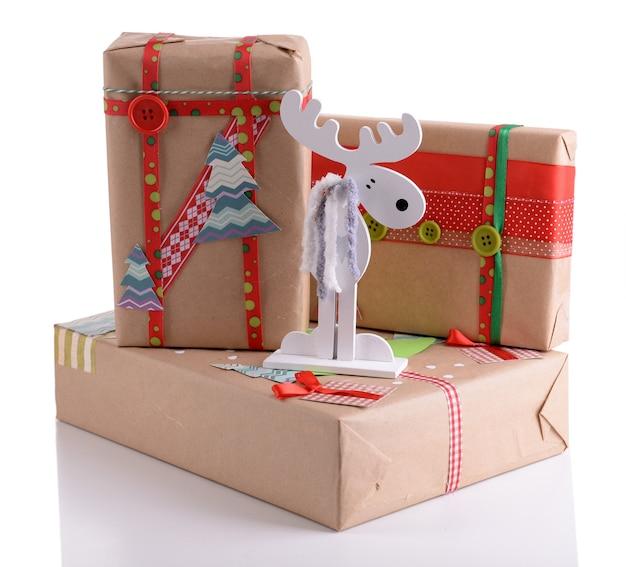Presentes de natal feitos à mão isolados no branco