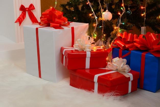 Presentes de natal junto à lareira e ao abeto