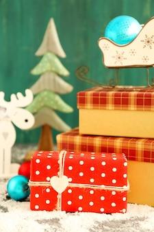 Presentes de natal na cor de fundo de madeira
