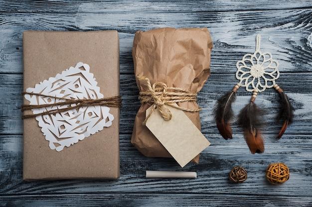 Presentes de natal na mesa de madeira, vista superior