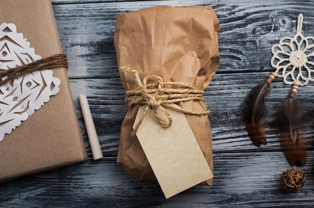 Presentes de natal na mesa de madeira