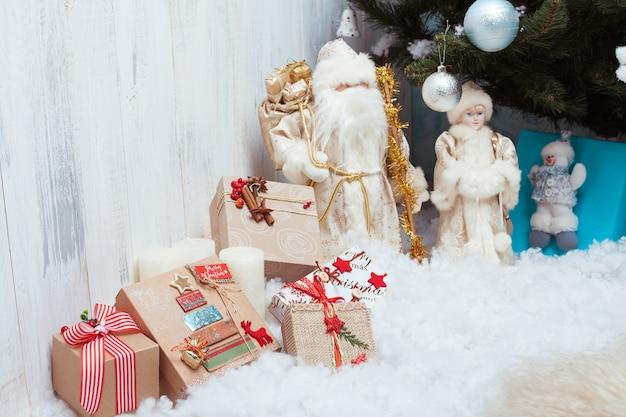 Presentes de natal perto de árvore