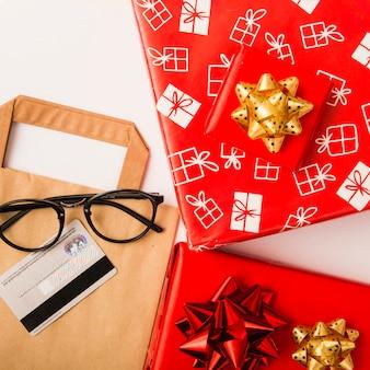 Presentes de natal preparação com caixas de presente e arcos coloridos
