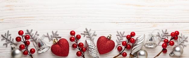 Presentes de natal vermelho prata na madeira branca