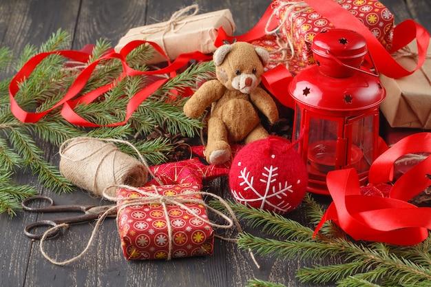 Presentes de natal vintage e enfeites de natal em uma mesa de madeira