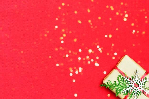 Presentes de presentes de natal e boke em fundo vermelho