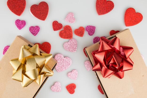 Presentes de são valentim com adesivos em forma de coração no fundo branco close-up