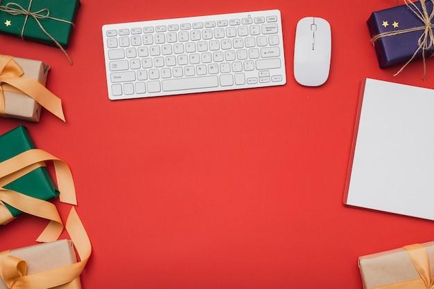 Presentes de teclado e natal com espaço de cópia