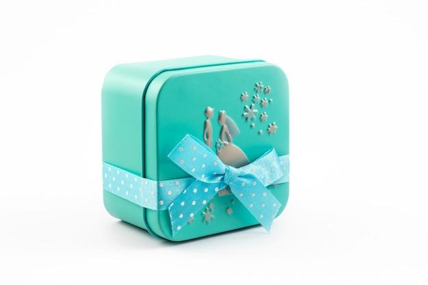 Presentes de tempo, caixa de presente verde com fita no fundo branco