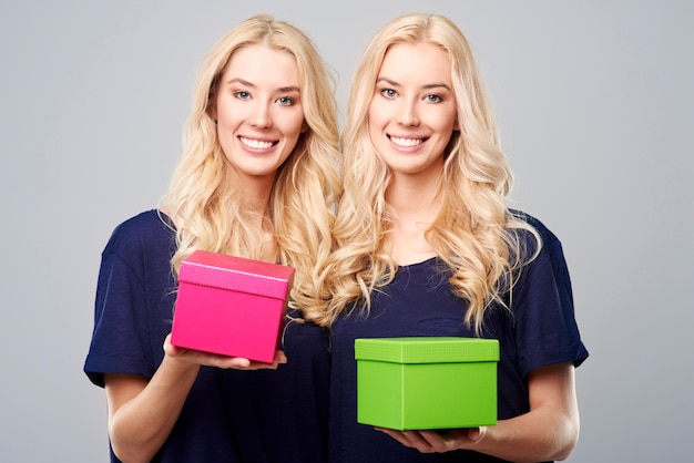 Presentes duplos de lindas irmãs