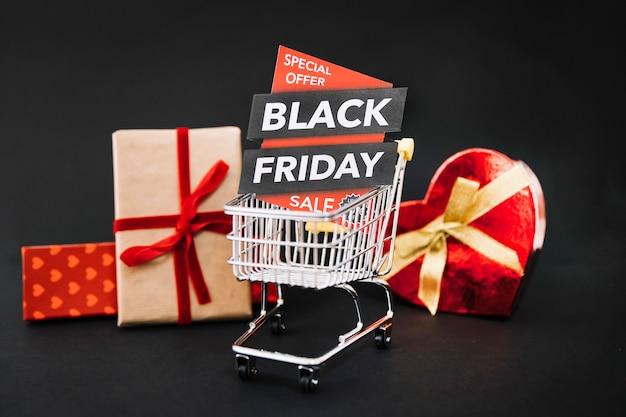 Presentes e carrinho de compras com etiqueta de sexta-feira preta