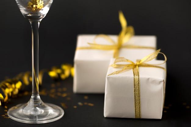 Presentes e copo de champanhe de close-up