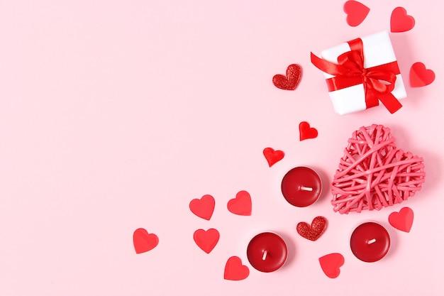 Presentes e corações em um fundo colorido vista de cima amor