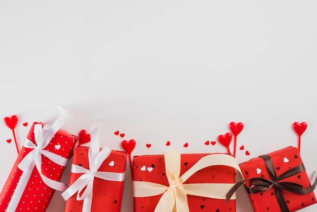 Presentes e corações para o dia dos namorados