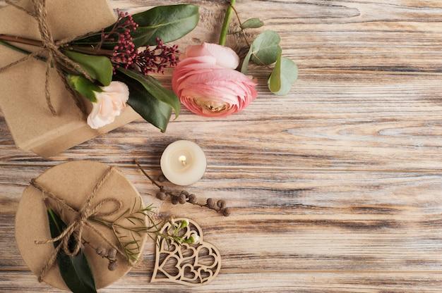Presentes e flor de ranúnculo