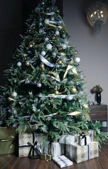Presentes e presentes debaixo de uma linda árvore de natal