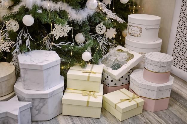 Presentes e presentes sob a bela árvore de natal