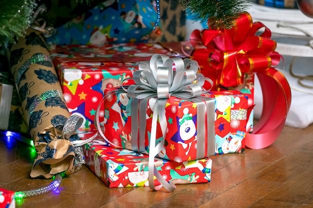 Presentes em embalagens coloridas sob a árvore de natal