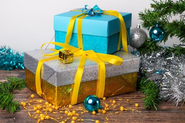 Presentes embalados em papel de embrulho de cor azul e prata, localizado em uma mesa de madeira