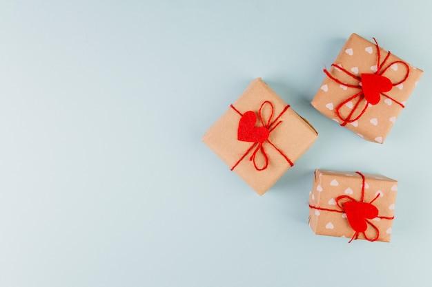 Presentes embrulhados com corda vermelha e presentes de decoração de coração