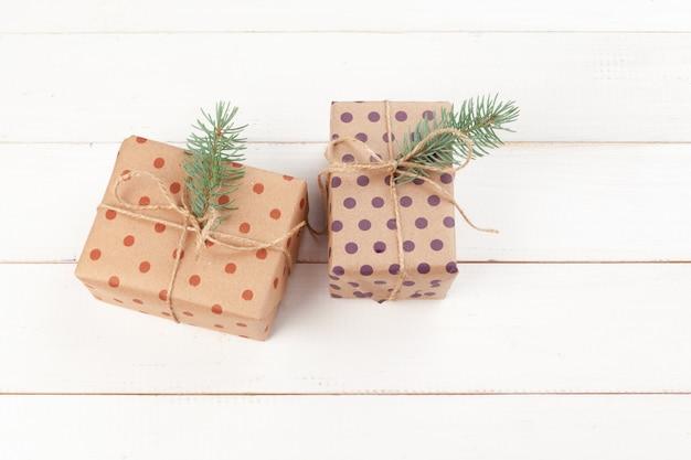 Presentes embrulhados com papel ofício na mesa de madeira branca