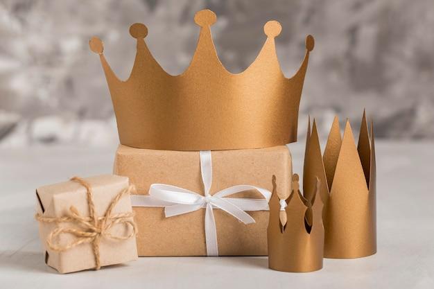 Presentes embrulhados e coroas douradas