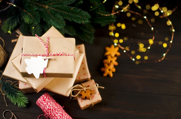 Presentes embrulhados em papel artesanal e decorados com biscoitos caseiros de gengibre