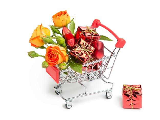 Presentes, flores, brinquedos de natal no carrinho de compras