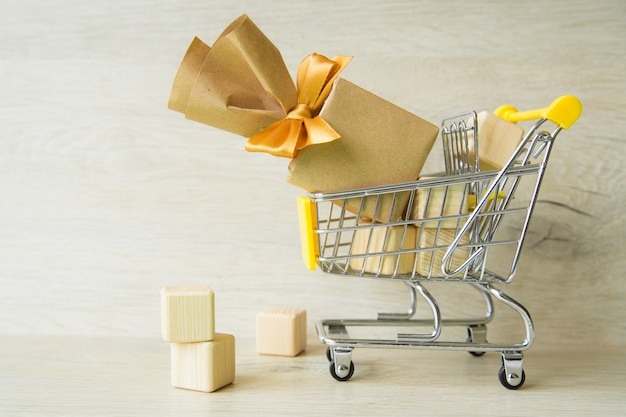 Presentes no carrinho de salto, preparação para as férias, compras.