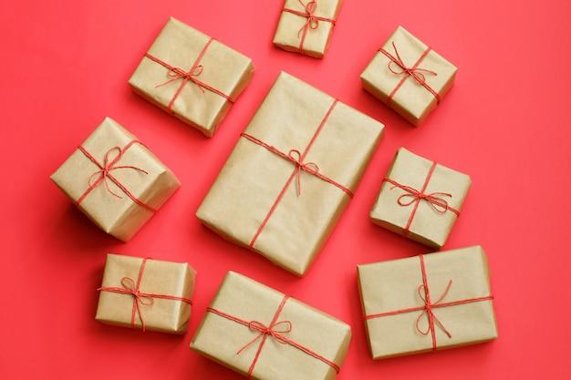 Presentes para amigos e familiares. pilha de caixas.