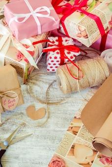 Presentes para o feriado em um belo pacote. foco seletivo.