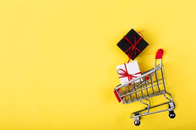 Presentes pretos de sexta-feira dentro do carrinho de compras