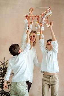 Presentes surpresas para as crianças. dois meninos emocionais