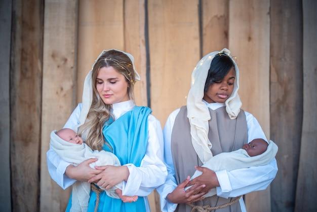 Presépio com duas virgens marias lésbicas multiétnicas
