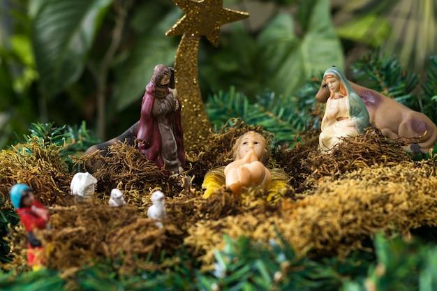 Presépio de natal com figuras como jesus, maria, josé e animais