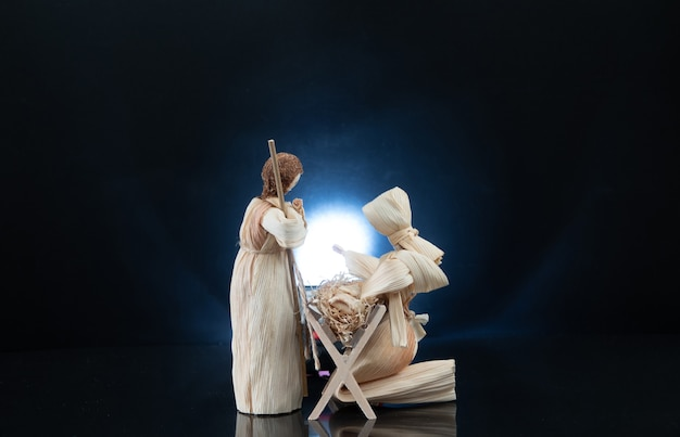 Presépio de natal com três reis magos apresentando presentes ao menino jesus, maria josé. cartão de natal