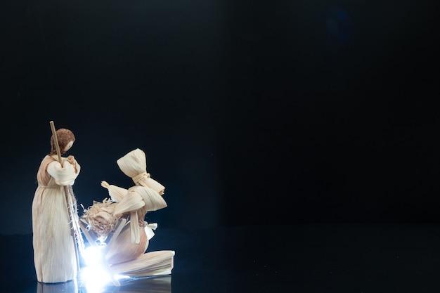 Presépio de natal com três reis magos apresentando presentes ao menino jesus, maria josé. cartão de natal Foto Premium
