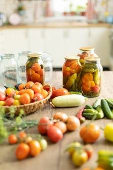 Preservação de tomates e pepinos, a colheita é salgada em potes
