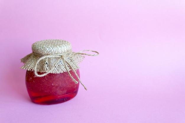 Preservação de verão de geléia. geléia de morango rosa, morangos. cópia de