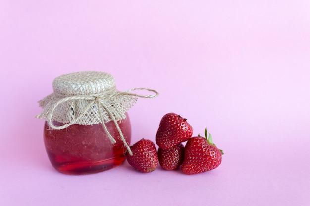 Preservação de verão de geléia. geléia de morango rosa, morangos