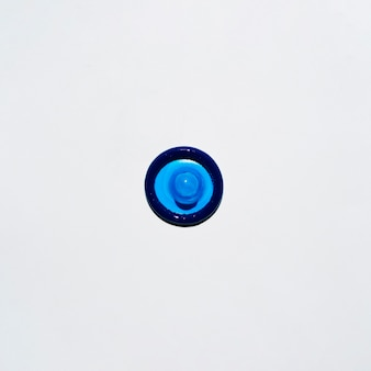 Preservativo de vista superior azul sobre fundo branco