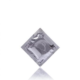 Preservativo em embalagem de prata.