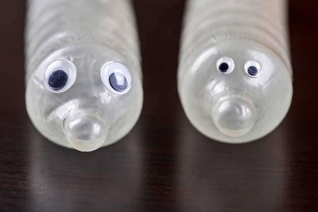 Preservativo engraçado com olhos. conceito de amor sexual. preservativo de látex masculino inflado e desenrolado. controle de natalidade, contracepção durante a relação sexual.