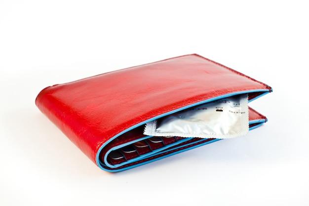 Preservativo na carteira vermelha: conceitos de prevenção e contracepção