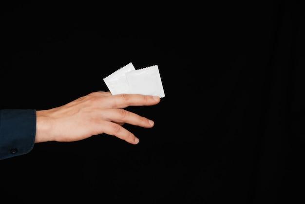 Preservativo para contracepção e proteção na mão de homens