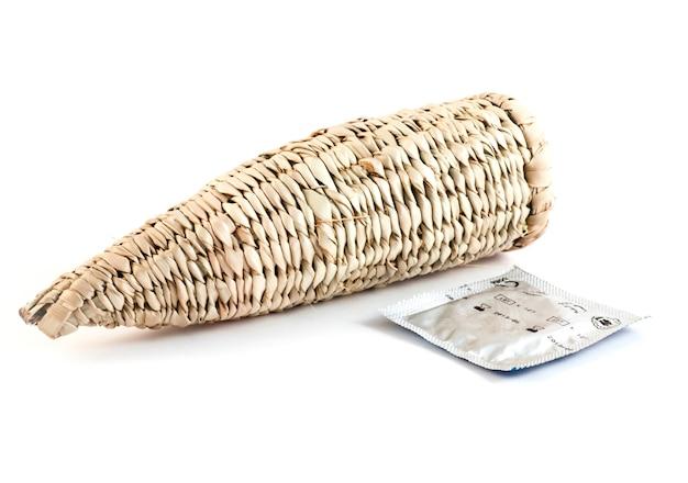 Preservativo tradicional de bushman (namíbia) próximo a um modelo recente. bom para conceitos.